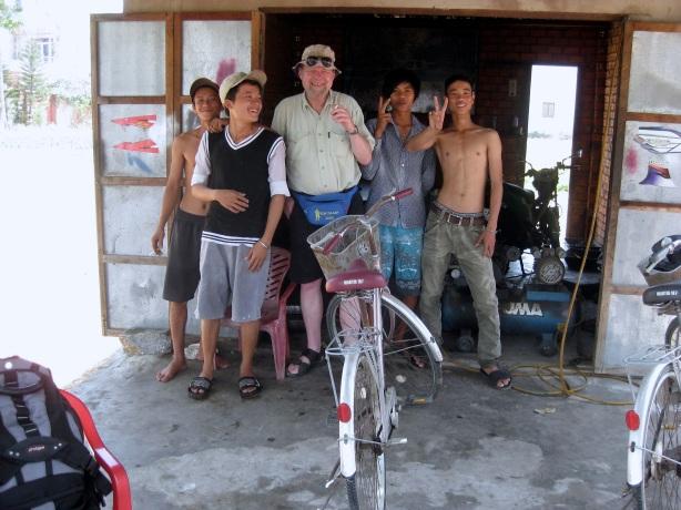 Vi fick kedjan spänd på brorsans cykel på lokal verkstad - kostnad 4 cigaretter de ville inte ha mer