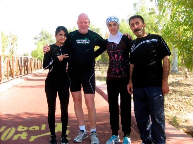 Efter maratonträningen ville tjejernas tränare vara med på bild